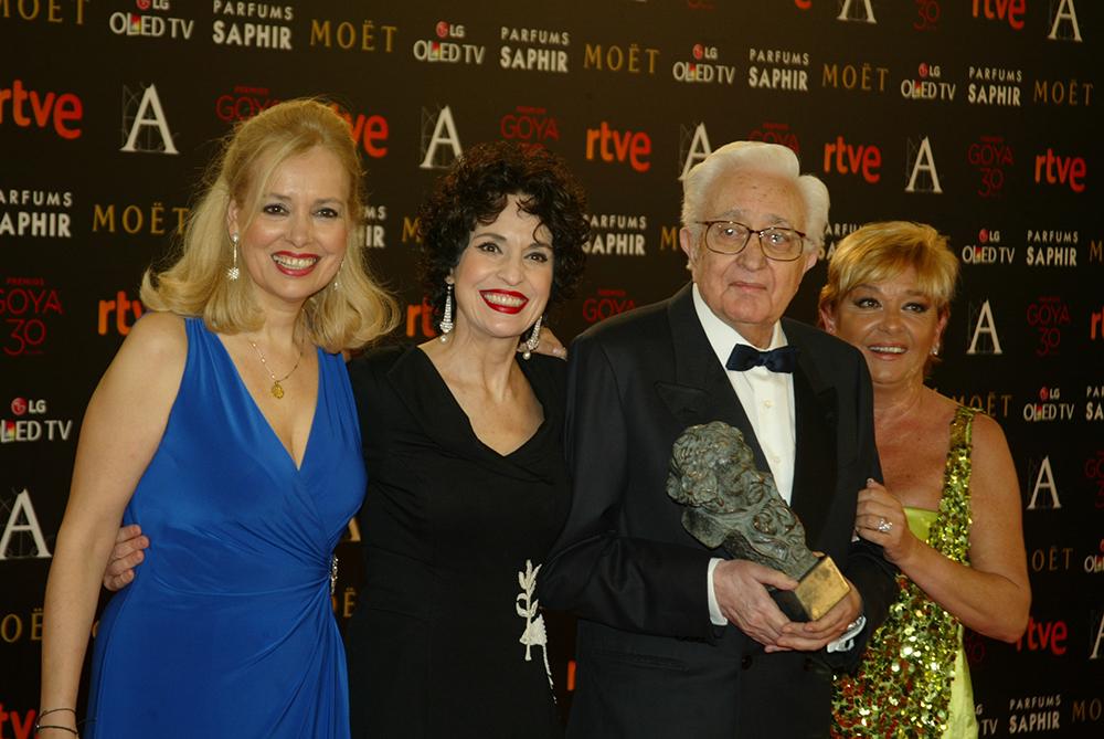 Las actrices Emma y Adriana Ozores junto a su tío Mariano Ozores, tras entregarle el Goya de Honor 2016