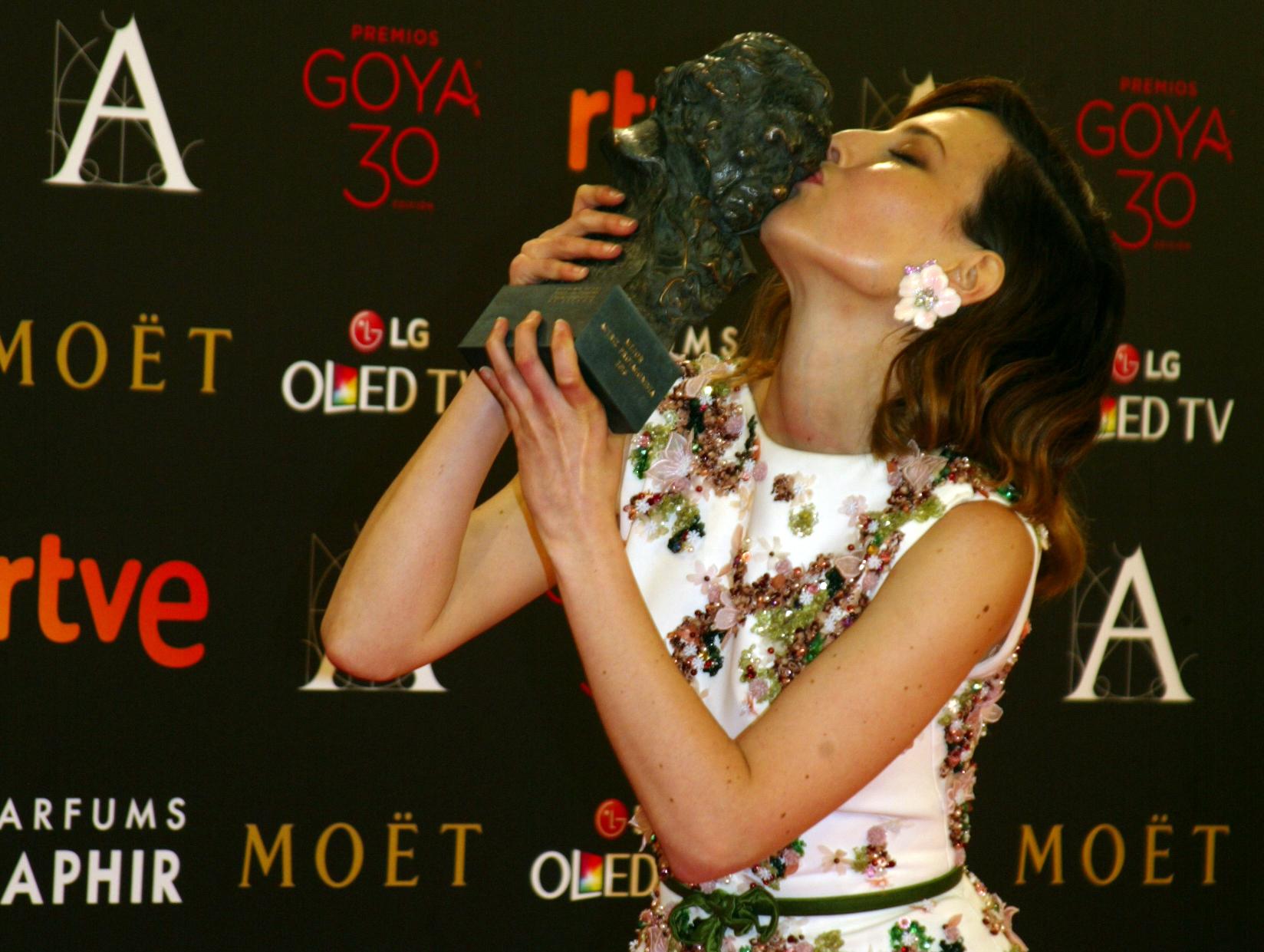 Natalia de Molina besa su Goya a la Mejor Actriz Protagonista por Techo y Comida