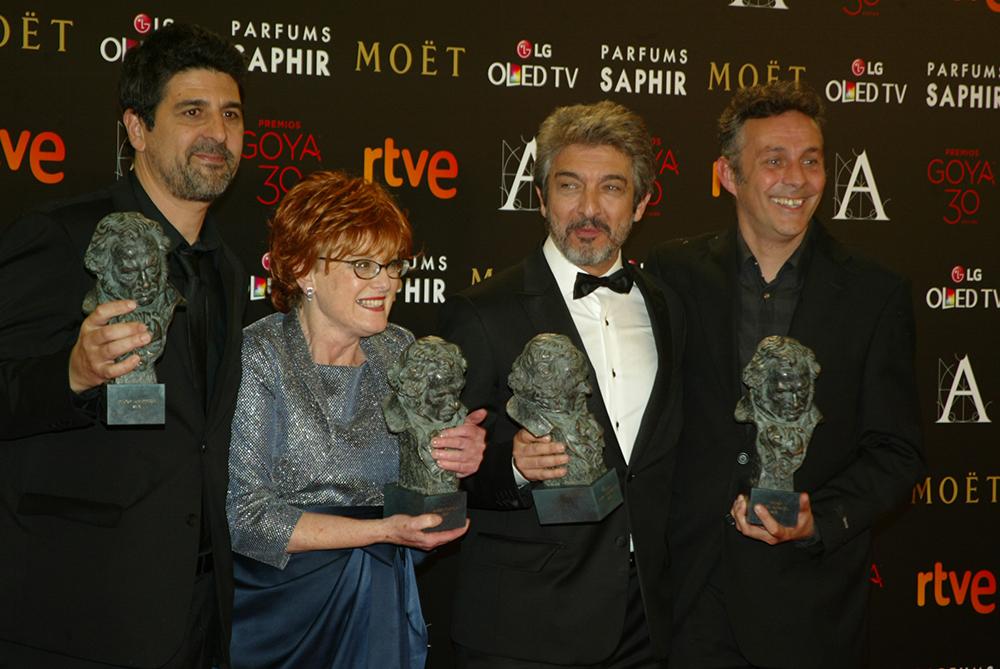 El realizador Cesc Gay, la productora Marta Esteban, el actor argentino Ricardo Darín y el guionista Tomás Aragay con los cuatro galardones que ganó Truman