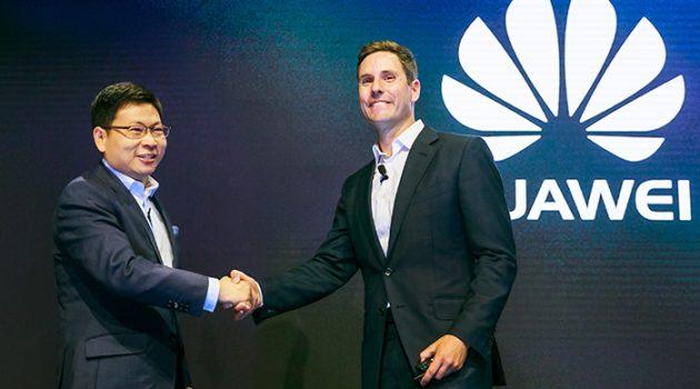 Richard Yu, CEO de Consumo en Huawei, y Giles Baker, Vicepresidente de Consumo en Dolby, en la presentación en Berlín.
