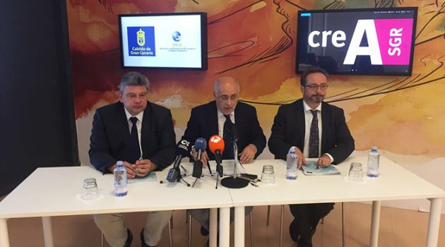 Rafael Lambea, Director Gral de CREA; Antonio Morales Méndez, Presidente Cabildo Gran Canaria y  Raúl García, Consejero de desarrollo, energía, e I+ D+I del Cabildo de Gran Canaria.