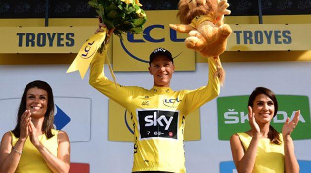 Chris Froome, ganador por cuarta vez del Tour de Francia en esta edición, celebra su maillot amarillo en una de las etapas.