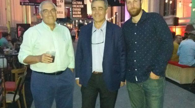 En la inauguración de Cibeles de Cine 2018, de izquierda a derecha, Juan Ramón Gómez Fabra (presidente de FECE), Álvaro Postigo (director general de mk2) y Jesús Mateos (director de Sunset Cinema).