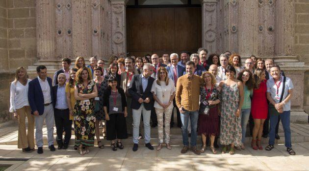 Miembros de la industria del cine andaluz y del Parlamento posan tras la aprobación.