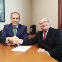 Miguel Ángel Benzal, director general de EGEDA (izquierda), y Antonio Mayoralas, presidente de la Fundación Lumière (derecha), durante la firma del acuerdo.