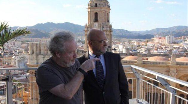 El cineasta Ridley Scott, junto a Carlos Rosado, visitando localizaciones en España.