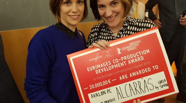 Carla Simón (derecha) y María Zamora posan con el premio (Foto: ICAA)