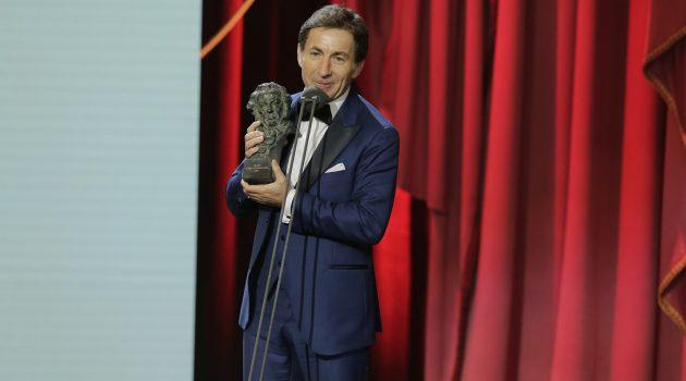 Antonio de la Torre con el galardón a Mejor Actor por 'El reino' en los Goya 2019.