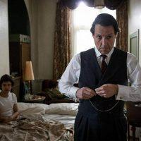 Paramount estrena en abril la miniserie protagonizada por Hugh Grant 'Un escándalo muy inglés'
