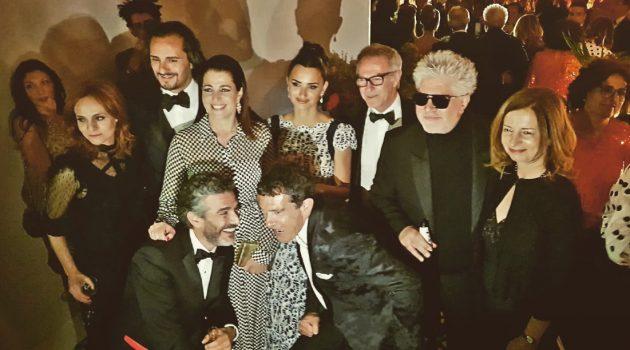 El equipo de 'Dolor y gloria' tras la proyección en Cannes 2019. Con ellos están el ministro de Cultura, José Guirao, y la directora general del ICAA, Beatriz Navas.