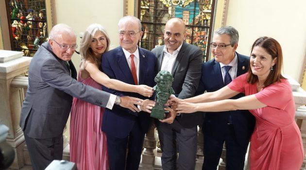 Los participantes de la rueda de prensa posan con una estatuilla de los Goya (Foto: Domingo Mérida / Ayuntamiento de Málaga)