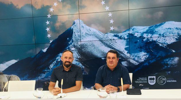 Denis Itxaso, Diputado Foral de Cultura, y Ernesto Gasco, Concejal de Impulso Económico de Donostia-San Sebastián.