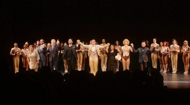 El equipo de 'A Chorus Line', con Antonio Banderas al frente, en la inauguración del Teatro del Soho Caixabank.