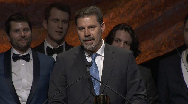 El madrileño Sergio Pablos agradeciendo el Premio a Mejor Película en los Annie 2020.