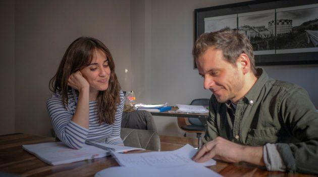Pedro Collantes trabaja con la actriz Macarena García durante la preproducción.