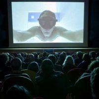 Imagen de un documental siendo proyectado en una pantalla de cine (Foto: Moving Docs)