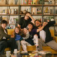 El director y los actores principales de 'Mamá o papá'