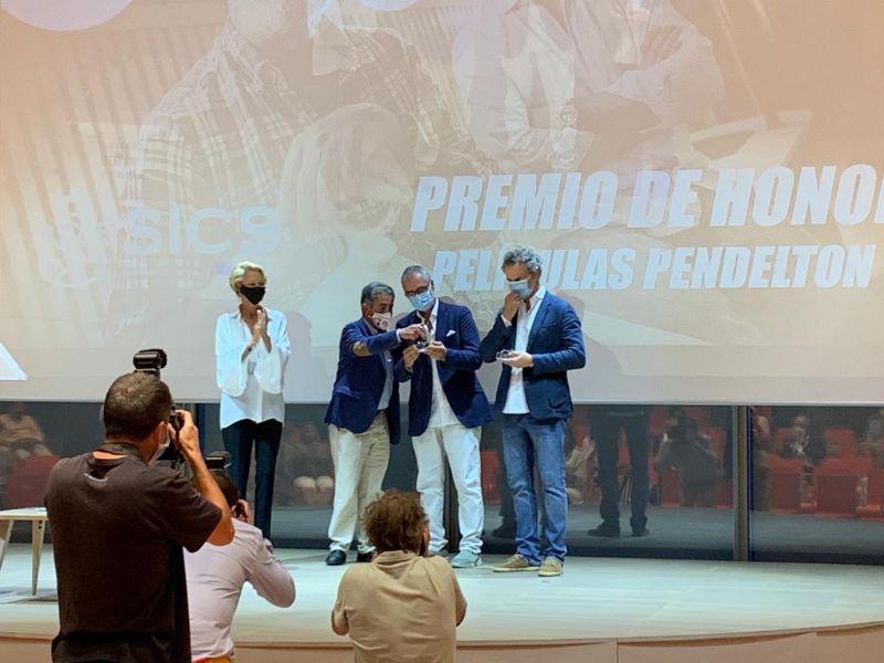 Miguel Ángel Revilla entrega el Premio de Honor la SICS a Javier Fesser y Luis Manso.