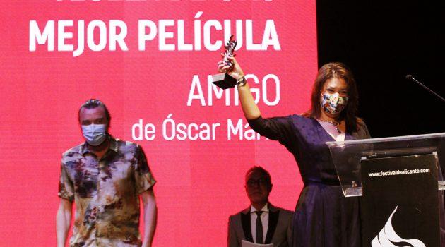 La productora Elena Muñoz recoge la Tesela de Oro para 'Amigo'