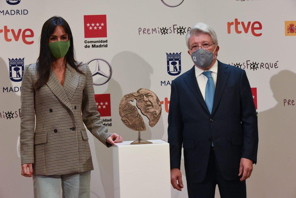 Begoña Villacís y Enrique Cerezo posan con el premio Forqué.