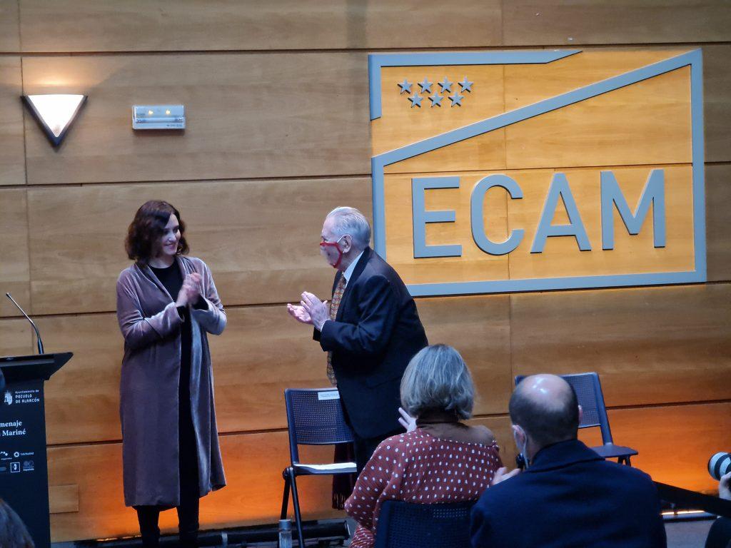 Isabel Díaz Ayuso aplaudiendo a Juan Mariné.
