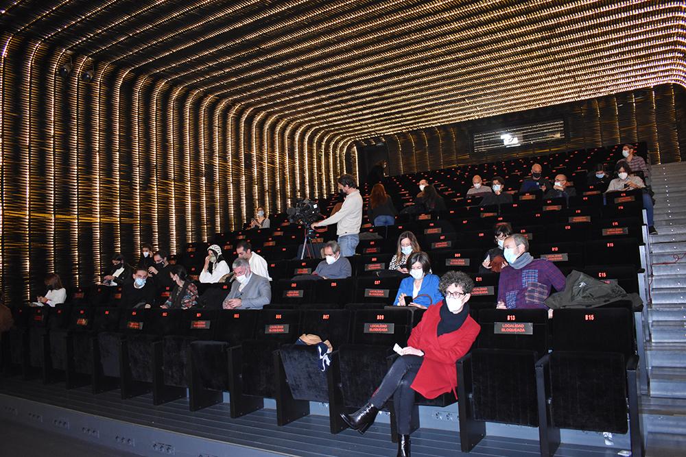 Los asistentes a la presentación iban llegando a la Sala Azcona