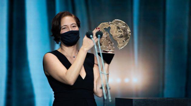 Valerie Delpierre, productora de 'Las niñas', recoge el galardón a Mejor Largo de Ficción en los Forqué 2021.