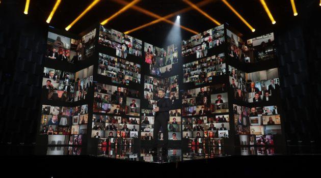 Un espectacular mosaico de pantallas con los nominados en sus casas aparecía de vez en cuando en el escenario de los Goya 2021