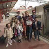 Santiago Seguro y los niños en el rodaje de '¡A todo tren! Destino Asturias'