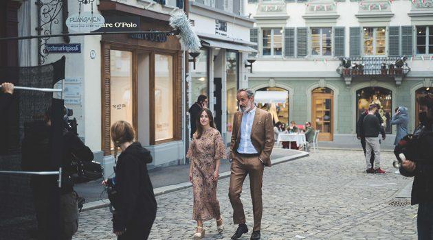 Marta Etura y Francesc Garrido durante el rodaje de 'El color de la ciudad'