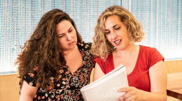 Carlota Pereda (derecha) da instrucciones a la protagonista, Laura Galán, en la preproducción de 'Cerdita'