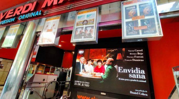 Fachada de los Cines Verdi en Madrid, con cartel de uno de los próximos estrenos de A Contracorriente, 'Envidia sana'