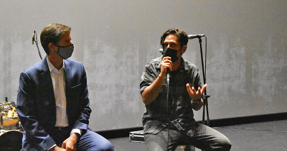 El productor John Caballés hablando junto a Jorge Foncillas de Dolby.