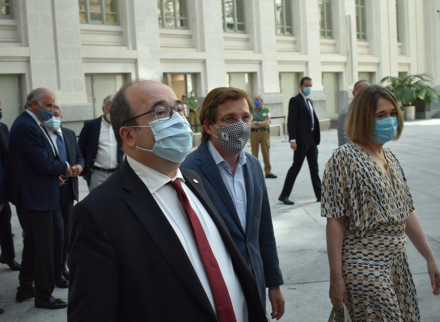 Miquel Iceta ha acudido a las nominaciones de los Platino en su primer acto como ministro de Cultura dentro del ámbito audiovisual. En la foto, acompañado por el alcalde de Madrid, Martínez-Almeida, y la consejera de Cultura de la C.Madrid, Marta Rivera.
