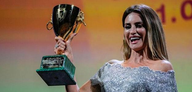 Penélope Cruz gana su primera Copa Volpi en Venecia por 'Madres paralelas' de Almodóvar